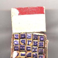 Antigüedades: ABECEDARIO MADERA Y GOMA CAJA 25 UNIDADES. Lote 23482326