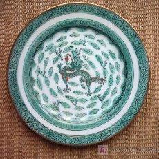 Antigüedades: PLATO DE PORCELANA PINTADO EN VERDE CON MOTIVO CENTRAL DE DRAGON. 26 CM. SELLO ESTAMPADO EN ROJO.. Lote 25058240