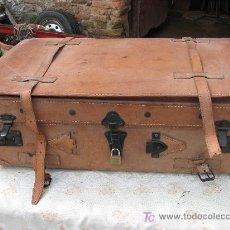 Antigüedades: ANTIGUA MALETA DE VIAJE DE CUERO COSIDA A MANO. Lote 27452321