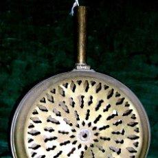 Antigüedades: CALENTADOR DE CAMA, EN METAL ANTIGUO.TIENE TAPA CALADA CON FINO DIBUJO GEOMÉTRICO.FOTOS ENVÍO PAGADO. Lote 27591110