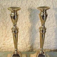 Antigüedades: PAREJA DE CANDELABROS ANTIGUOS, HECHO DE BRONCE. .. Lote 75857317