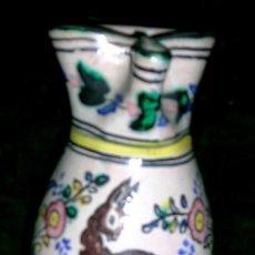 Antigüedades: JARRA DE PUENTE ARZOBISPO.CON FIGURA DE CIERVO. FIRMADA MEDIDA: 23,5 H... Lote 27078888