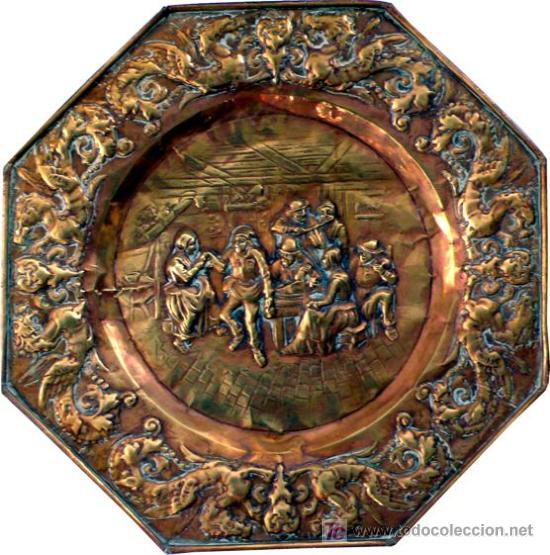 GRAN PLATO OCTOGONAL DE LATÓN REPUJADO - RARO POR TEMÁTICA - S. XIX (Antigüedades - Hogar y Decoración - Platos Antiguos)