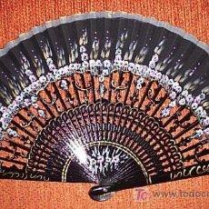 Antigüedades: PRECIOSO ABANICO EN TELA Y MADERA NEGRA EN COLORES LILAS Y OCRES. HECHO Y PINTADO A MANO CON ORIGINA. Lote 23543285