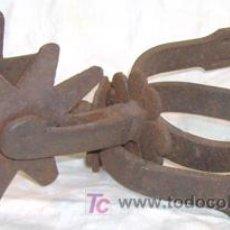 Antigüedades: PAR PAREJA DE ESPUELAS DE HIERRO ANTIGUAS CON TREBOL DE 4 HOJAS RODAJA 10 CM. ENVIO GRATIS.. Lote 27273380