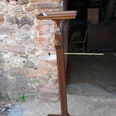 Antigüedades: ANTIGUO GALAN DE NOCHE ISABELINO DE MADERA DE NOGAL. 137 CM. DE ALTURA.. Lote 27249537