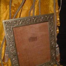 Antigüedades: PORTARRETRATOS ALPACA RELIEVE ROSAS EPOCA ART DECO 1920 -1930, TASERA MADERA. 31CM.X35CM.. Lote 10282109