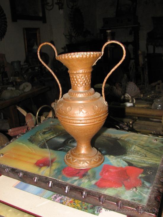 FLORERO DE COBRE DE 20 CM ALTO. (Antigüedades - Hogar y Decoración - Floreros Antiguos)