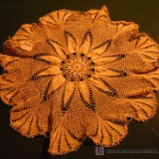 Antigüedades: TAPETE DE GANCHILLO CON FLOR CENTRAL, 36 CMS DE DIÁMETRO. Lote 6290550