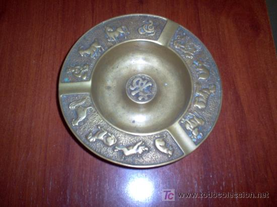 CENICERO DE METAL CON HOROSCOPO CHINO (Antigüedades - Hogar y Decoración - Ceniceros Antiguos)