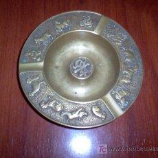 Antigüedades: CENICERO DE METAL CON HOROSCOPO CHINO. Lote 27182657