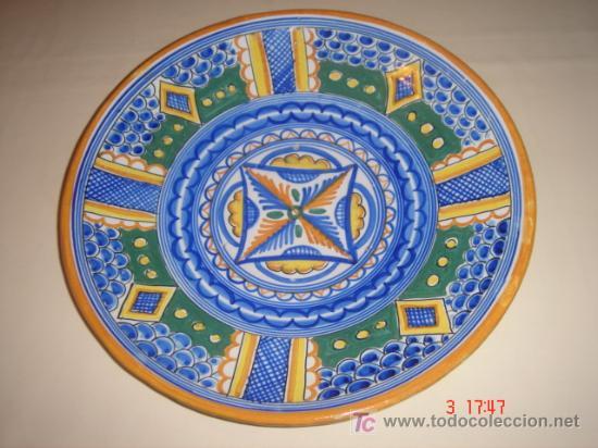 PLATO PINTADO A MANO. MARCAS EN BASE. 32 CMS. DE DIAMETRO. (Antigüedades - Porcelanas y Cerámicas - Otras)