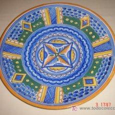 Antigüedades: PLATO PINTADO A MANO. MARCAS EN BASE. 32 CMS. DE DIAMETRO.. Lote 25962231