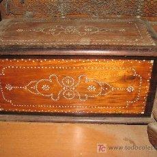 Antigüedades: CAJA DE MADERA CON INCRUTACIONES DE NACAR. 53X26X27 CM. Lote 27475414