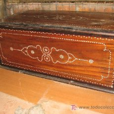 Antigüedades: CAJA DE MADERA CON INCRUSTACIONES DE NACAR. 81X33X38 CM. Lote 27452336