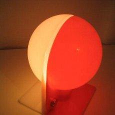 Antigüedades: LAMPARA DE SOBREMESA EN PLASTICO BICOLOR DISEÑA GUZZINI SPA ITALIA. Lote 7070346