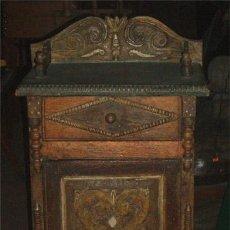 Antigüedades: MESITA ANTIGUA RUSTICA CON TALLA EN FRENTE Y LATERALES. Lote 26638675