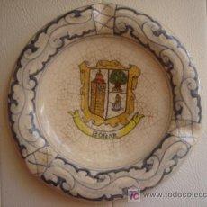 Antigüedades: CENICERO PINTADO A MANO, DE TALAVERA, CON ESCUDO DE BOÑAR (LEÓN). FIRMADO EN BASE. 18.5 CMS.. Lote 25942378