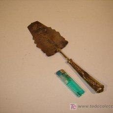 Antigüedades: PALA DE SERVIR CON MANGO DORADO Y PALA DE ALPACA PROCEDENTE DE CUBA. Lote 23910329