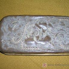 Antigüedades: PITILLERA EN CUERO REPUJADO Y BORDADO S-XIX. Lote 27001331