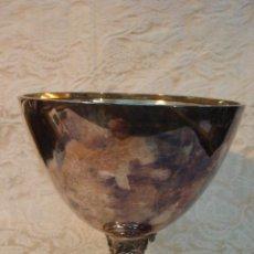 Antigüedades: GRAN COPA DE METAL PLATEADO CON MOTIVO MEDIEVAL. Lote 27713326