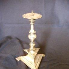 Antigüedades: CANDELABRO DE METAL PLATEADO MUY ANTIGUO. Lote 27375800