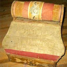 Antigüedades: ANTIGUO COSTURERO - CAJA BOLILLOS. RODILLO PARA ENCAJE DE BOLILLOS. MEDIDA 30,5 X 34 X 38,5 CM. Lote 25994539