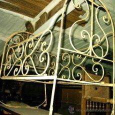Antigüedades: ANTIGUA CUNA DE FORJA AUTÉNTICA, CON RUEDAS. MEDIDA 100 X 95 X59. Lote 24196346