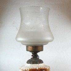 quinqué en metal y cerámica. finales s. XIX. altura total: 64,5 cm.