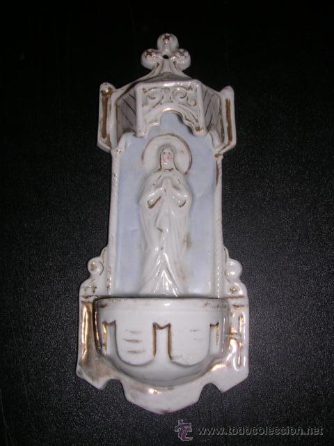 BENDITERA DE PORCELANA BLANCA Y DORADA ( ANTIGUA ) CON RELIEVE (Antigüedades - Porcelanas y Cerámicas - Otras)