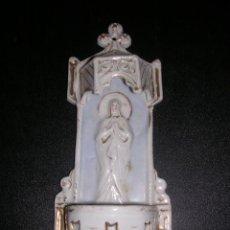 Antigüedades: BENDITERA DE PORCELANA BLANCA Y DORADA ( ANTIGUA ) CON RELIEVE. Lote 9475944