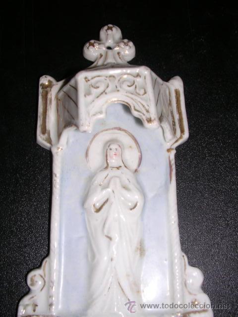 Antigüedades: BENDITERA DE PORCELANA BLANCA Y DORADA ( ANTIGUA ) CON RELIEVE - Foto 2 - 9475944