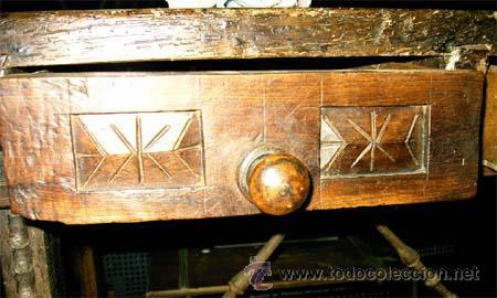 Antigüedades: Mesa de nogal y roble. 2 cajones . Medida 78,5 cm altura x 109 cm larga x 62 cm fondo.S.XIX - Foto 6 - 27260421