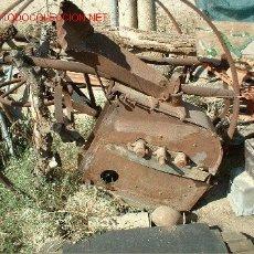 Antigüedades: MAQUINA DE DESBAGAR MAIZ DE LOS COLONOS DE EXTREMADURA. Lote 26422031