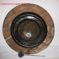 Antigüedades: MAGNIFICO BRASERO CON SU BADILA Y SOPORTE DE MADERA. Lote 19558135