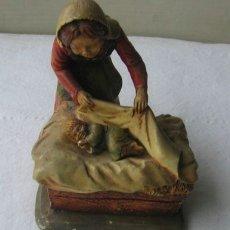 Antigüedades: FIGURA DE ESCAYOLA MUY FINA ... SEÑORA ARROPANDO NIÑO. Lote 27514150