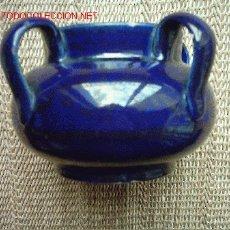 Antigüedades: PUCHERO CON 4 ASAS DE CERÁMICA VIDRIADA EN AZUL. 18 X 10 CM. . Lote 4868434