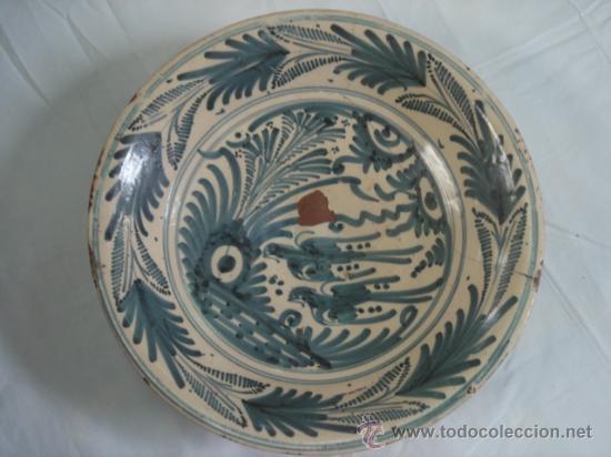 PLATO DE TALAVERA. S. XVII. SERIE HOJAS DE PALMA. DIÁMETRO: 41 CMS. ALTURA: 9.5 CMS. (Antigüedades - Porcelanas y Cerámicas - Talavera)