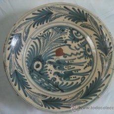 Antigüedades: PLATO DE TALAVERA. S. XVII. SERIE HOJAS DE PALMA. DIÁMETRO: 41 CMS. ALTURA: 9.5 CMS.. Lote 26132052