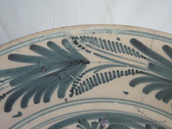 Antigüedades: PLATO DE TALAVERA. S. XVII. SERIE HOJAS DE PALMA. DIÁMETRO: 41 CMS. ALTURA: 9.5 CMS. - Foto 3 - 26132052