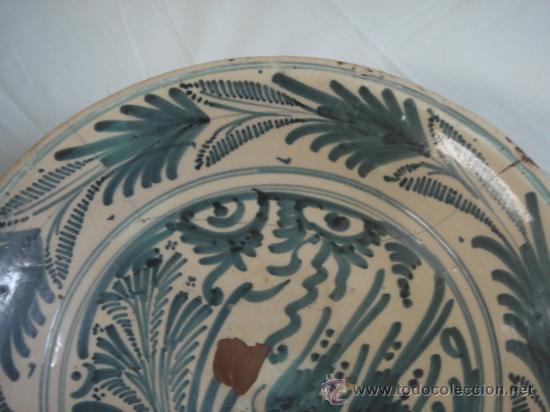 Antigüedades: PLATO DE TALAVERA. S. XVII. SERIE HOJAS DE PALMA. DIÁMETRO: 41 CMS. ALTURA: 9.5 CMS. - Foto 4 - 26132052