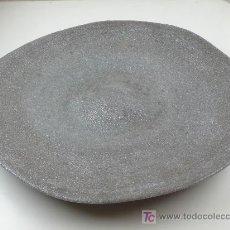 Antigüedades: PLATO SEGURAMENTE DE CERÁMICA. DIÁMETRO: 39,5 CM. SELLO PAPEL: ARTE ODISTRINA. Lote 27213139