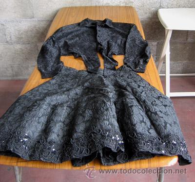 Antigüedades: TRAJE NEGRO CHAQUETA – FALDA .. La falda la parte del volante es pedreado - Foto 2 - 145149438