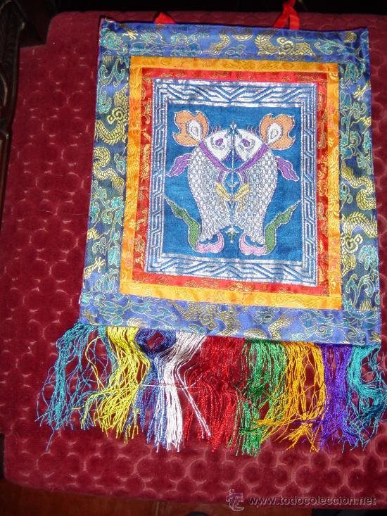 TAPIZ TIBETANO EN BROCADO DE SEDA REPRESENTANDO LOS PECES DORADOS.TIB. SERNYA.PROC. DE NEPAL (Antigüedades - Hogar y Decoración - Tapices Antiguos)