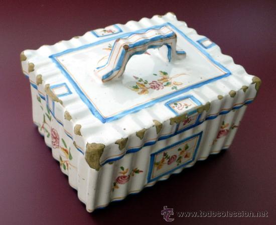 ALCORA - ANTIGUA MANTEQUERA O GALLETERA DE CERÁMICA ONDULADA Y DECORACIÓN FLORAL - AÑOS 40 (Antigüedades - Porcelanas y Cerámicas - Alcora)