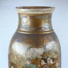 Antigüedades: JARRÓN ORIENTAL ROTO. ALTURA: 46 CM. , CON BASE DE MADERA. 1920'S. Lote 27213127