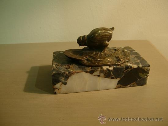 SUJETAPAPELES DE MARMOL CON FIGURA DE BRONCE ART DECO. (Antigüedades - Hogar y Decoración - Figuras Antiguas)