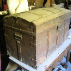 Antigüedades: BAÚL DE MADERA ENTERAMENTE FORRADO DE HOJALATA. Lote 26379494