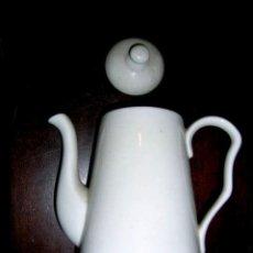 Antigüedades: CAFETERA EN PORCELANA CHINA OPACA DURA. BONITO DISEÑO. SIN MARCA. MED 19 X 17 CM. . Lote 25163405