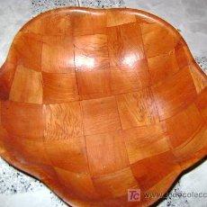 Antigüedades: BANDEJA DE MADERA FORMA FLOR, ENSALADERA/PANERA, DIAMETRO MAX. 26 CM. Lote 12385550